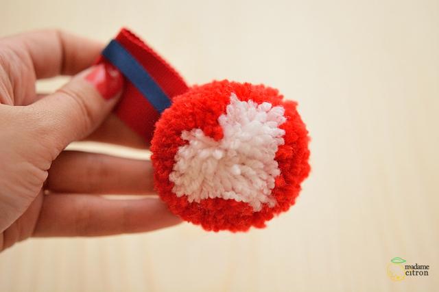 médaille pompon en laine